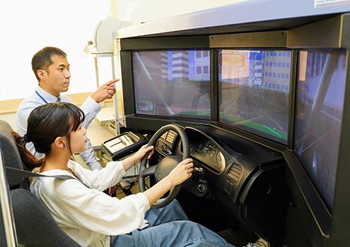 最新設備のシミュレーター教習で安全運転を身に着ける
